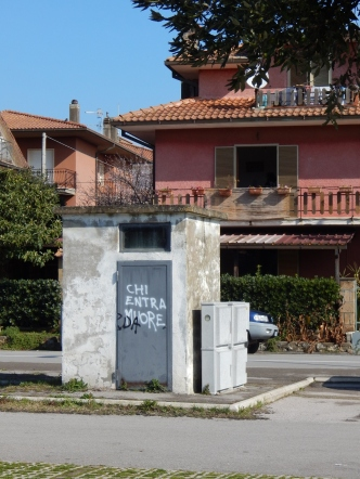 """Who enters, dies."" Capalbio Scalo (frankly, it's not a graffiti, rather an actual warning.)"